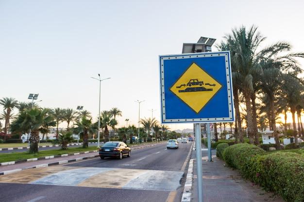 Segno di speed bump sulla strada soleggiata