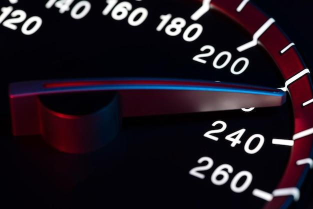 Dettaglio della velocità con il contachilometri dell'auto o la ripresa macro del contagiri