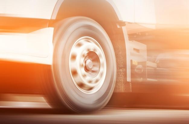 Velocità di movimento di un camion che fa girare le ruote di un camion che guida su strada trasporto di camion di merci dell'industria
