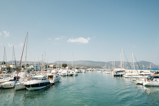 Motoscafi e yacht nel parcheggio. cuprus, paphos, vista laterale della laguna blu