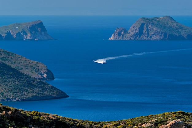 Accelerazione della nave catamarano motoscafo nel mar egeo vicino all'isola di milos in grecia