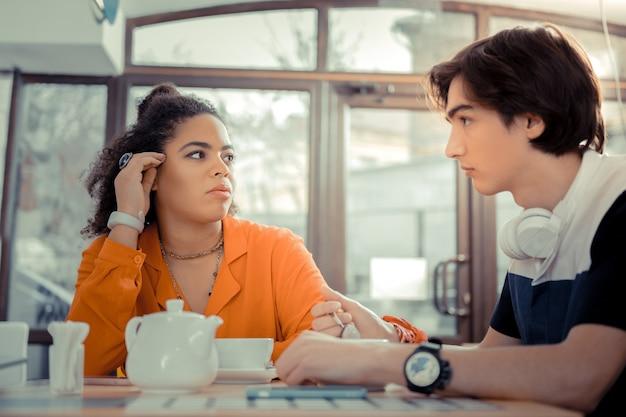 Passare del tempo con gli amici. adolescenti che parlano tra loro nella caffetteria
