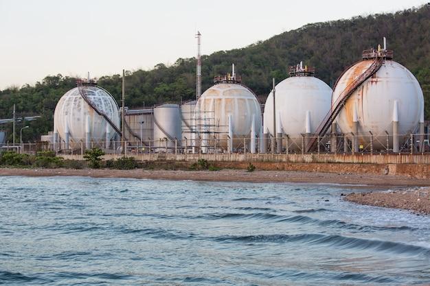 Serbatoi sferici contenenti raffinerie di gasolio combustibile vicino al mare.