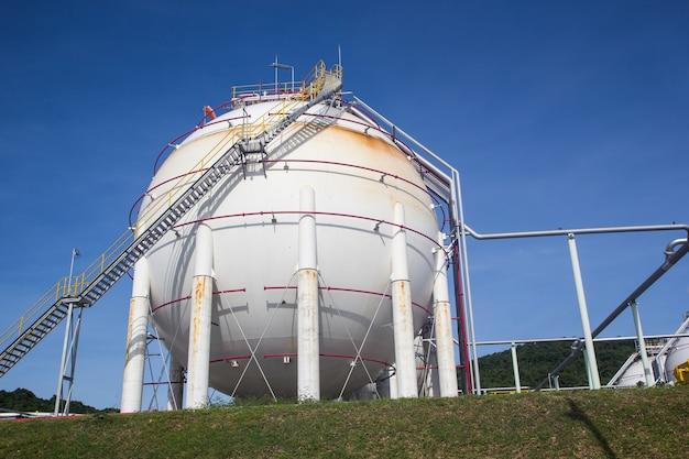 Serbatoi sferici bianchi contenenti raffinerie di gasolio combustibile cielo blu