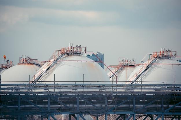 Serbatoi sferici bianchi contenenti gas combustibile propano