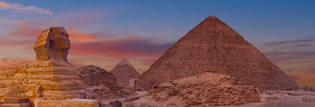 Sfinge sullo sfondo delle grandi piramidi egizie. africa, altopiano di giza.