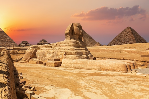 La sfinge e le piramidi, bellissima vista ravvicinata del tramonto, egitto.