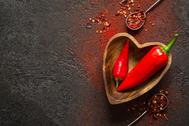 Sfondo di cibo speziato. peperoncino rosso in una ciotola di legno.