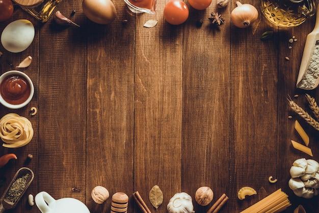 Spezie ed erbe su texture di sfondo in legno
