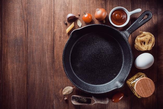 Ingredienti di spezie ed erbe aromatiche al tavolo di legno