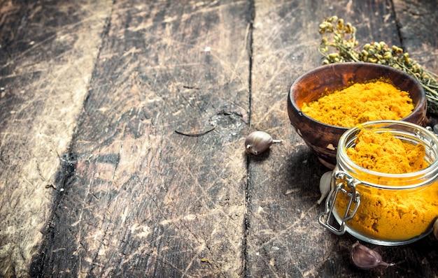 Spice curry in polvere sulla tavola di legno.