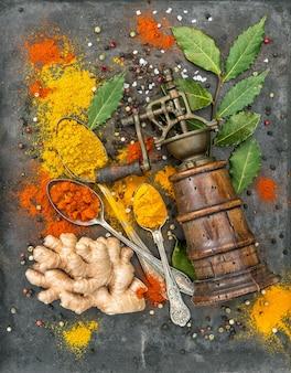 Spezie curry, curcuma, zenzero, alloro, paprika in polvere. sfondo di cibo