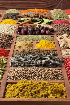 Spezie ed erbe aromatiche raccolta in vassoio di legno.
