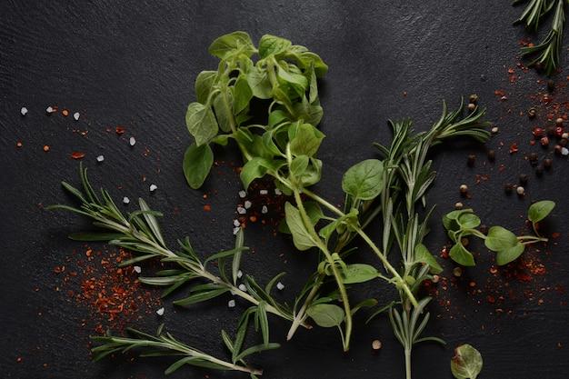 Spezie ed erbe aromatiche su sfondo di pietra scura