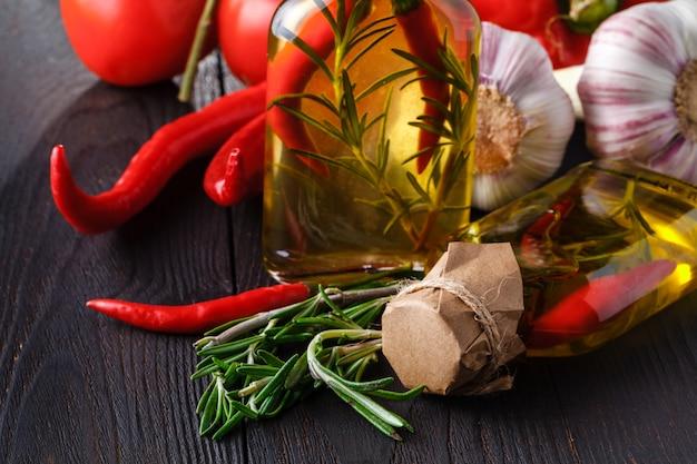 Spezie ed erbe ingredienti in bottiglie di vetro decorative, decorazione della cucina