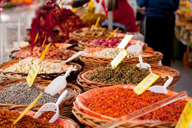 Spezie dentro il canestro di vimini nel mercato di strada