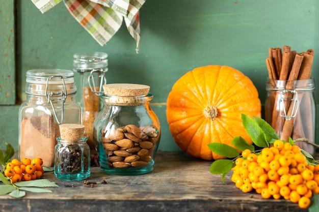 Spezie per fare dolci autunnali fatti in casa su uno sfondo scuro, rustico.