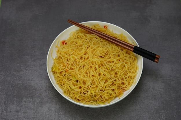 Spaghetti di riso asiatici piccanti