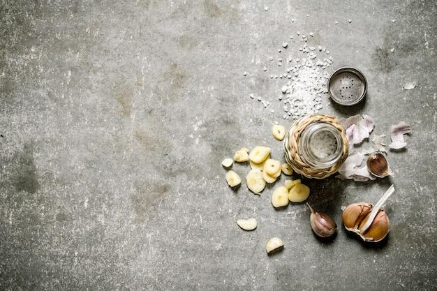 Sfondo piccante sale di aglio profumato su uno sfondo di pietra