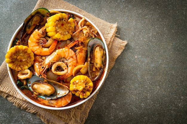 Pesce piccante barbecue - gamberi, calamari, cozze e mais