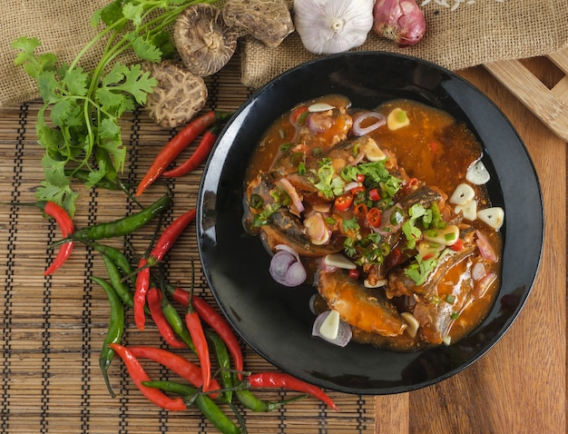Insalata di sardine in scatola piccante, fast food thailandese con ingredienti.