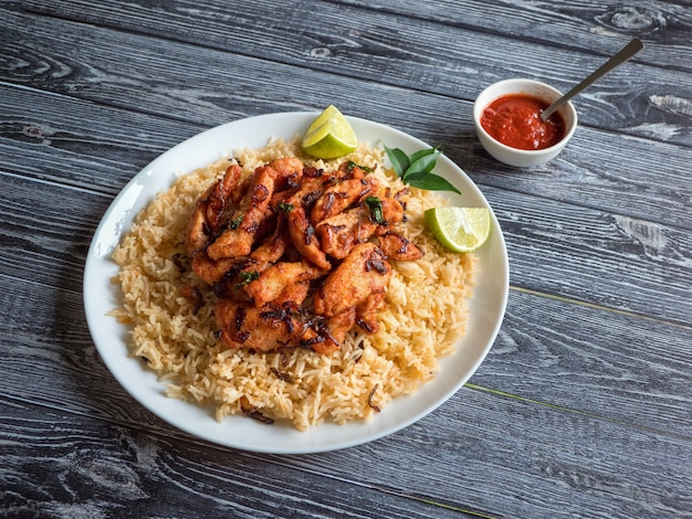 Pollo piccante con riso basmati. piatto dell'india del sud