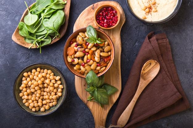 Curry piccante chana masala dei fagioli e dei ceci in ciotola sulla tavola di pietra. piatto indiano tradizionale. .