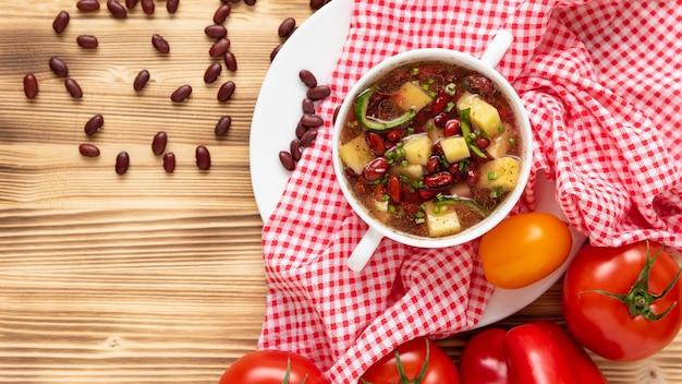 Fagioli di peperoncino piccante. con verdure e patate. vista dall'alto