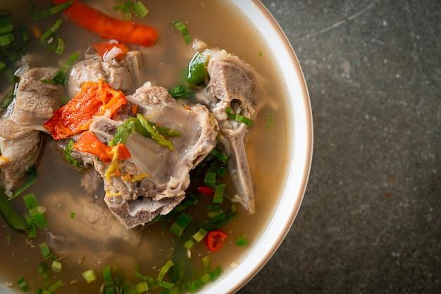 Zuppa piccante della spina dorsale di maiale tritata o zuppa piccante di leng - stile di cibo asiatico