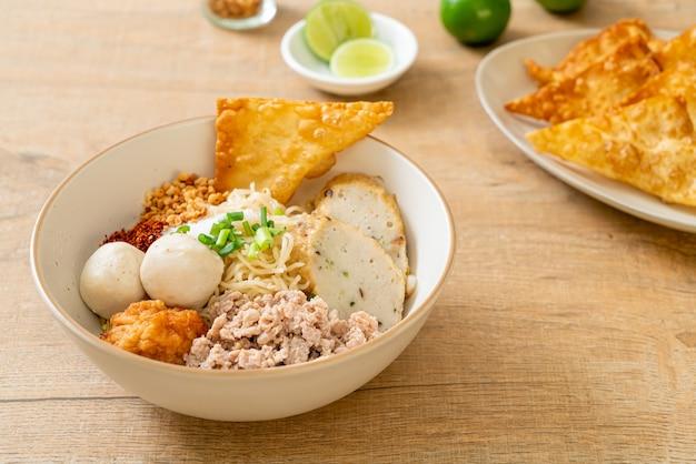 Tagliatelle piccanti all'uovo con polpette di pesce e polpette di gamberetti senza zuppa - stile alimentare asiatico
