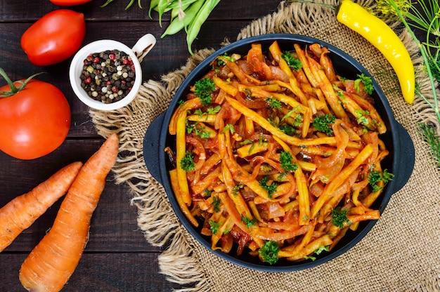 Fagiolini piccanti in umido con cipolle, carote in salsa di pomodoro.