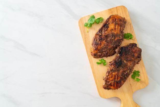 Pollo jerk giamaicano alla griglia piccante - stile alimentare giamaicano