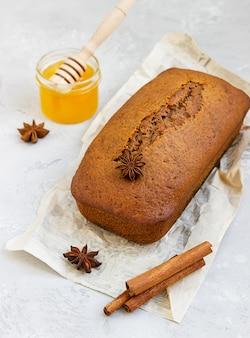Torta di miele piccante con cannella e anice stellato. torta al miele per rosh hashanah.