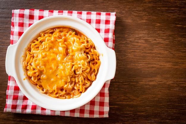 Ciotola di spaghetti istantanei piccanti con mozzarella