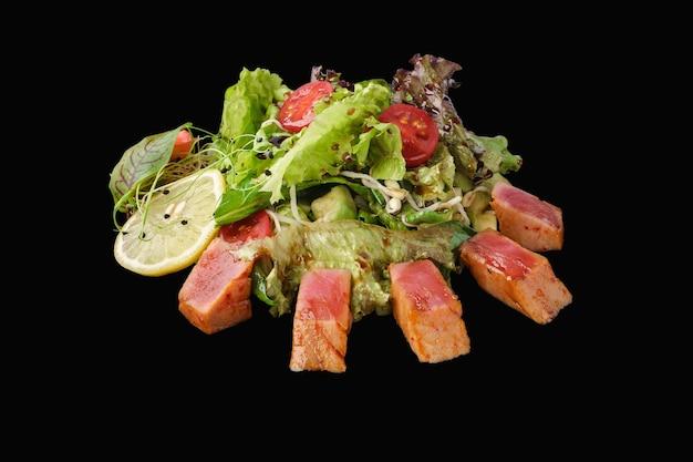 Insalata di maguro piccante con mix di verdure, tonno, cetriolo, avocado, pomodorini, germogli di soia