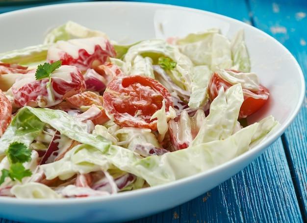 Insalata piccante di cavolo messicano , close up chipotle chile e cumino ravvivano l' insalata di cavolo croccante