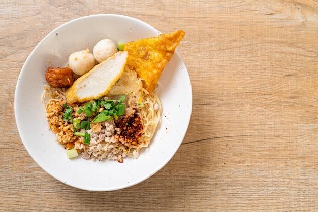 Tagliatelle piccanti con polpetta di pesce e carne di maiale tritata (tom yum noodles), stile asiatico