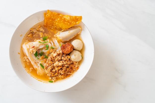 Tagliatelle piccanti con polpette di pesce e carne di maiale tritata (tom yum noodles)