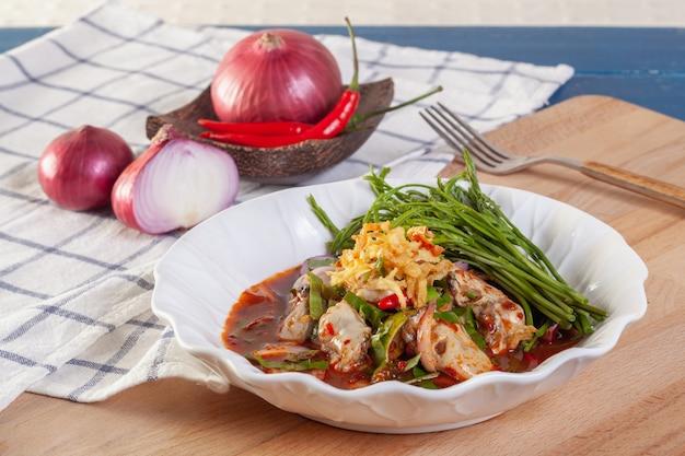 Insalata di ostriche piccante con verdure tailandesi