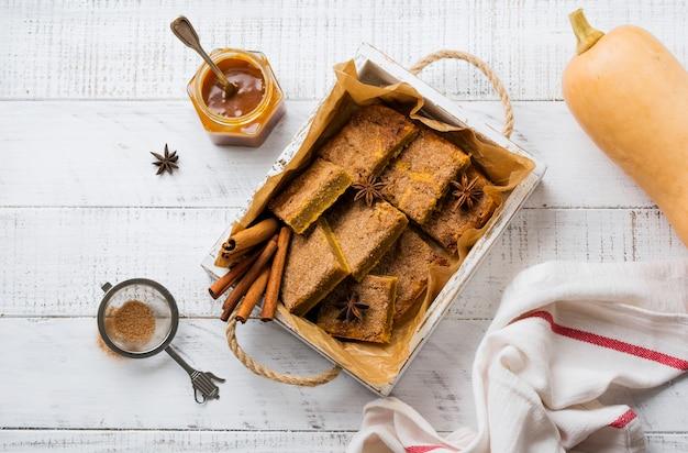 Spicy pumpkin cbars blondie squares con cannella, anice e caramello. dolce tradizionale inglese. vista dall'alto