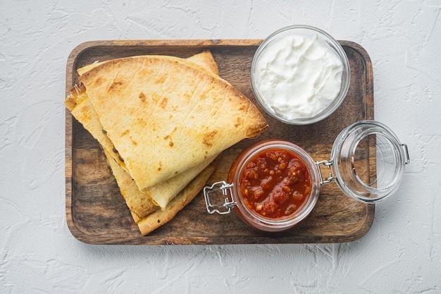 Quesadilla piccante fatta di tortilla con salsa ed erbe aromatiche