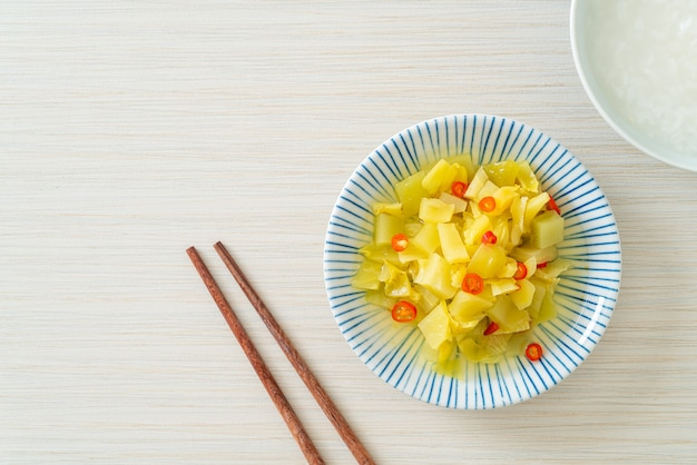 Insalata piccante sottaceto cavolo o sedano con olio di sesamo - stile di cibo asiatico