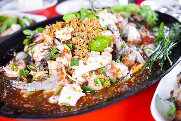 Yum di pesce insalata piccante.