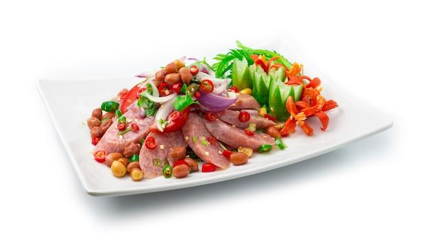 Insalata piccante con salsiccia di maiale fermentata e verdure