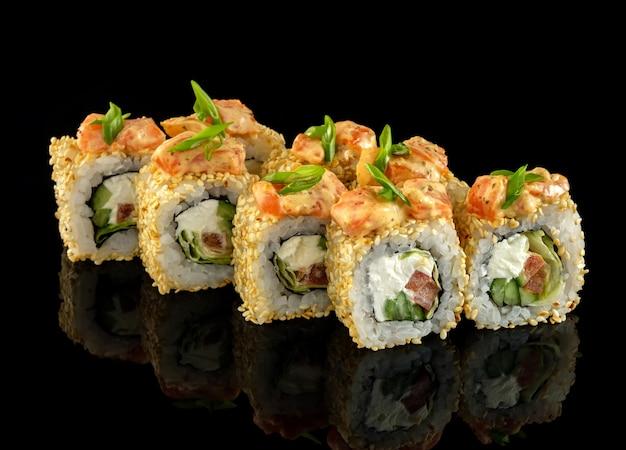 Rotolo di salmone piccante. impostare il rotolo di sushi.