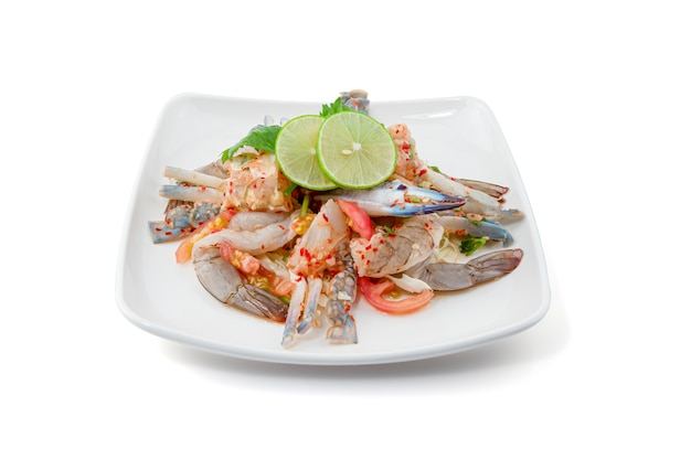 Insalata piccante dei frutti di mare isolata su bianco, insalata della papaia con gamberetto fresco e granchio blu, alimento tailandese