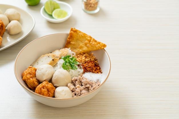 Spaghetti di riso piccanti con polpette di pesce e polpette di gamberi senza zuppa - stile di cibo asiatico