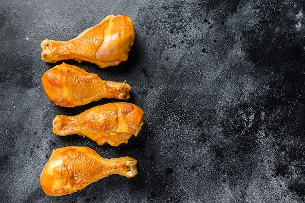 Piccante cosce di pollo affumicate cosce su un tavolo da cucina