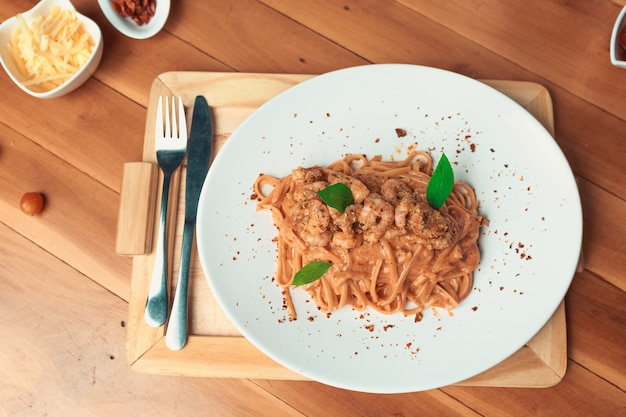 Spaghetti piccanti con salsa di pomodoro gamberetti su un piatto.