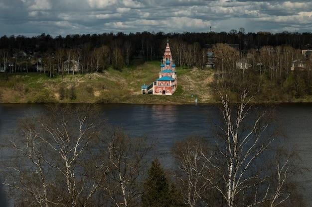 Fuoriuscita del fiume volka a tutaev, regione di yaroslavl. Foto Premium
